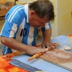 Pavel plstí mozaiku na náušnice
