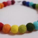 náhrdelník s plstěnými kuličkami z ovčí vlny
