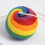 plstěný balonek z ovčí vlny na gumičce
